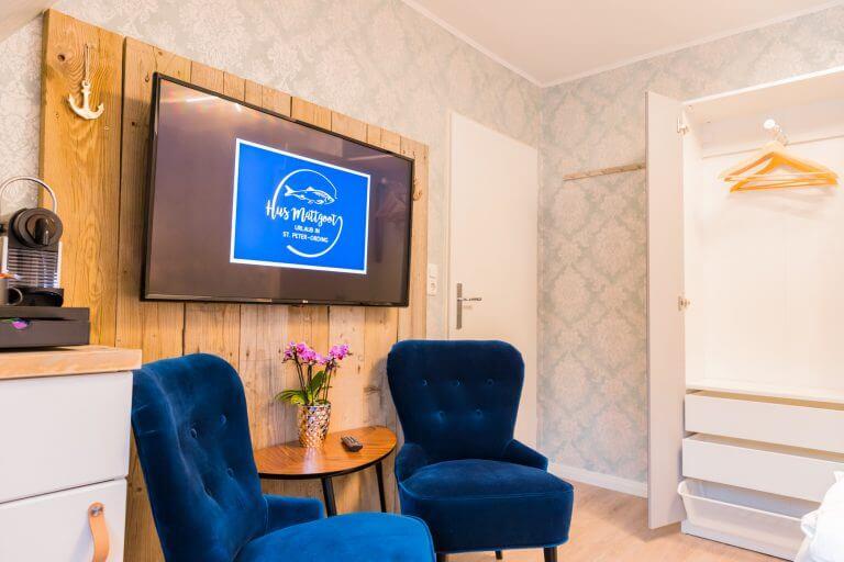 Gesamtansicht Schrank, Fernseher und Kaffeebar im Doppelzimmer in Sankt Peter Ording