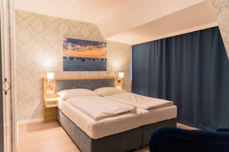 GEsamtansicht mit verdunkelnden Vorhängen für einen komfortablem Schlaf in Ihrem Doppelzimmer in Sankt Peter Ording