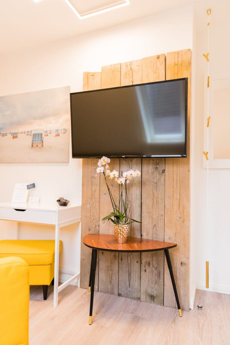 """Strandholz an der Wand mit einem 46"""" Flachbildfernseher im Einzelzimmer Sankt Peter Ording"""